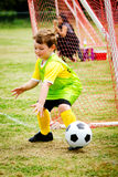 Criança que joga o goalie do futebol foto de stock royalty free