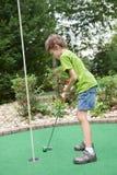 Criança que joga o golfe diminuto Fotos de Stock Royalty Free
