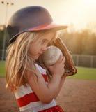 Criança que joga o jogo de basebol no campo Fotografia de Stock Royalty Free