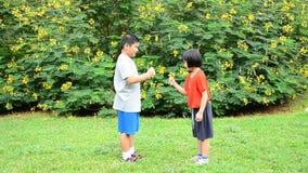 Criança que joga o papel ou as tesouras da rocha video estoque