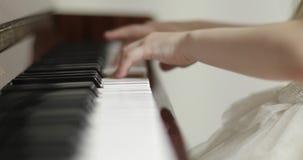 Criança que joga o piano filme
