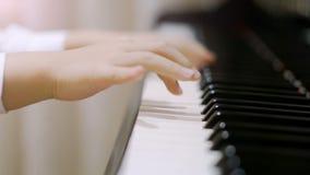 Criança que joga o piano