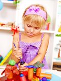 Criança que joga o plasticine. Fotos de Stock Royalty Free