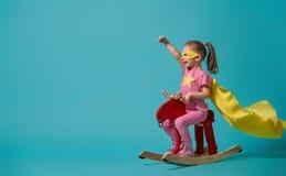 Criança que joga o super-herói imagens de stock