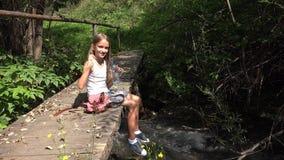 Criança que joga pela água do rio, criança no acampamento nas montanhas, menina na natureza vídeos de arquivo