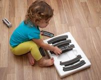 Criança que joga sozinho ajustado do trilho imagem de stock