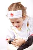 Criança que joga um doutor Fotos de Stock