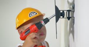 Criança que joga um reparo em casa vídeos de arquivo