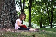 Criança que lê um livro Foto de Stock