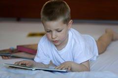 Criança que lê um livro Imagem de Stock