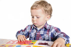 Criança que lê um livro imagem de stock royalty free