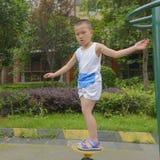 Criança que mantém o equilíbrio Fotos de Stock Royalty Free