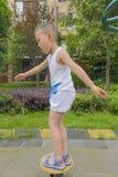 Criança que mantém o equilíbrio Imagens de Stock Royalty Free