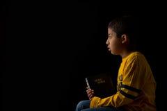 Criança que Meditating com a Bíblia Fotografia de Stock Royalty Free