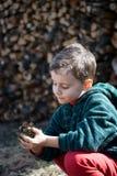 Criança que modela a lama Fotos de Stock Royalty Free