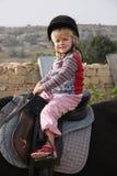 Criança que monta um cavalo Fotos de Stock