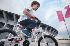 Criança que monta uma bicicleta Imagens de Stock