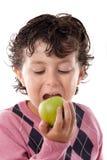 Criança que morde uma maçã Foto de Stock Royalty Free