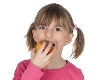 Criança que morde uma maçã Imagens de Stock Royalty Free