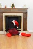 Criança que olha acima a chaminé para Santa Fotos de Stock Royalty Free