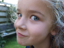 Criança que olha a câmera Fotografia de Stock