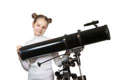 Criança que olha na estrela do telescópio que olha a menina Fotos de Stock Royalty Free