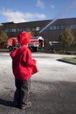Criança que olha o carro de bombeiros foto de stock royalty free