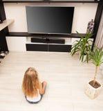 Criança que olha a tevê em casa imagens de stock royalty free