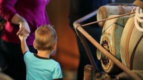 Criança que olha uma exposição em um museu filme