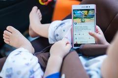 Criança que olha youtube do smartphone Fotos de Stock