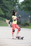 Criança que ostenta no parque Fotos de Stock