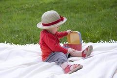 Criança que palying fora com cartões do memorando Imagens de Stock Royalty Free