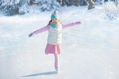 Criança que patina no gelo natural Crianças com patins imagens de stock