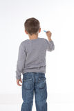 Criança que pensa com giz à disposição Foto de Stock Royalty Free