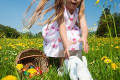 Criança que persegue o coelho de Easter Foto de Stock Royalty Free