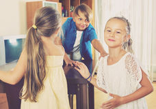 Criança que persegue outras crianças para etiquetá-las ou tocar n fotos de stock royalty free