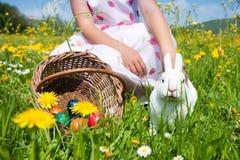Criança que petting o coelho de Easter Foto de Stock