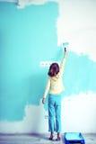Criança que pinta a parede fotografia de stock royalty free