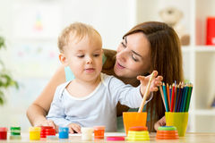 Criança que pintam em casa ou centro de centro de dia imagem de stock royalty free