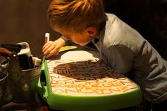 Criança que pratica escrevendo letras fotografia de stock royalty free