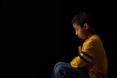 Criança que Praying com a Bíblia Imagens de Stock