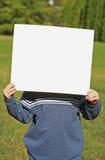 Criança que prende um sinal em branco fotografia de stock