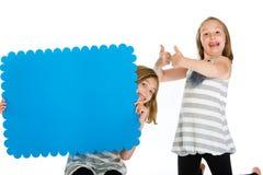 Criança que prende um sinal verde em branco da seta. foto de stock royalty free