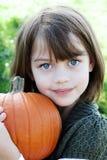 Criança que prende uma abóbora Foto de Stock Royalty Free