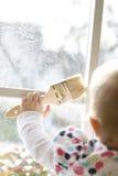 Criança que prende uma escova de pintura fotografia de stock