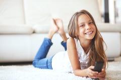 Criança que presta atenção à tevê Fotos de Stock Royalty Free