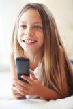 Criança que presta atenção à tevê Fotos de Stock
