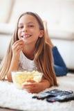 Criança que presta atenção à tevê Fotografia de Stock