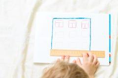 Criança que projeta e que mede uma casa fotos de stock royalty free