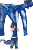 Criança que puxa calças de brim imagens de stock